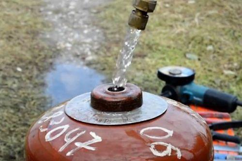 Заливка воды в газовый баллон