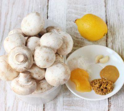 Шампиньоны и ингредиенты для маринада