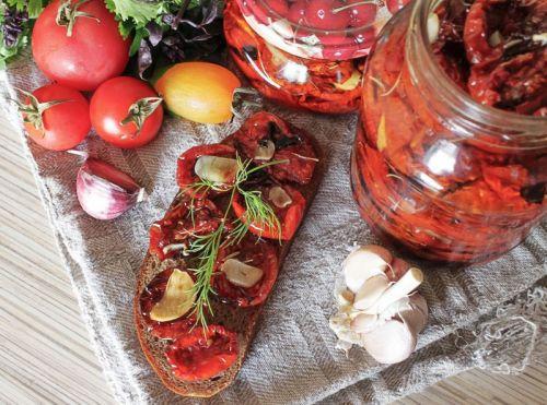 Бутерброд с вялеными помидорами