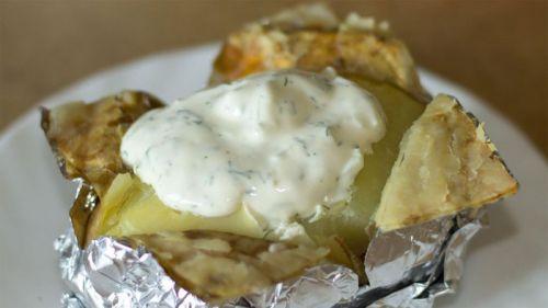 Картошка в фольге со сметанным соусом