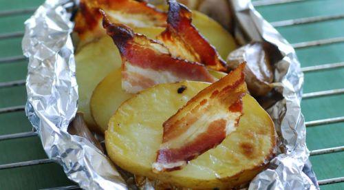 Картофель в фольге с беконом