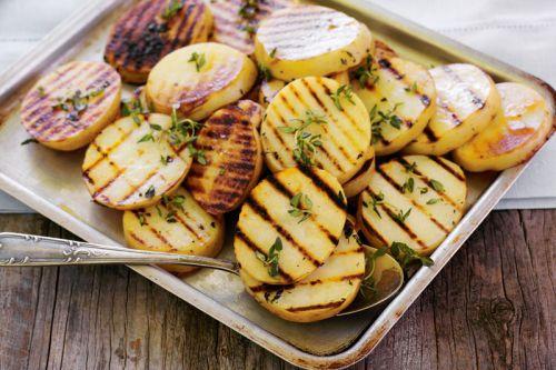 Картошка, приготовленная на мангале на решетке