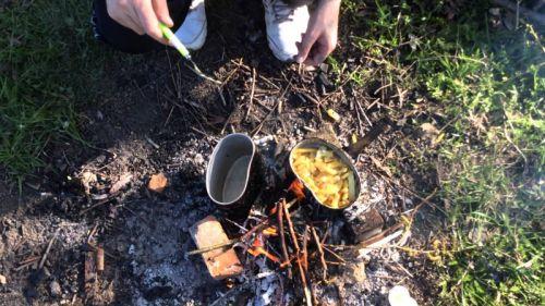 Приготовление еды в солдатском котелке