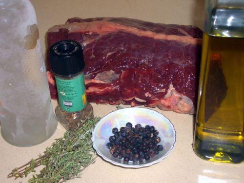 Мясо лося, ягоды можжевельника, масло