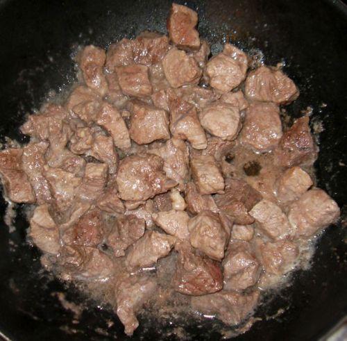 Обжаривание мяса в казане