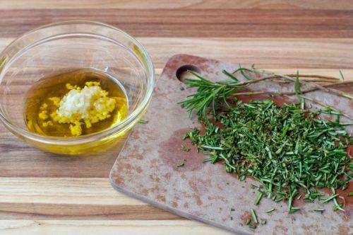 Мед, чеснок и зелень для маринада