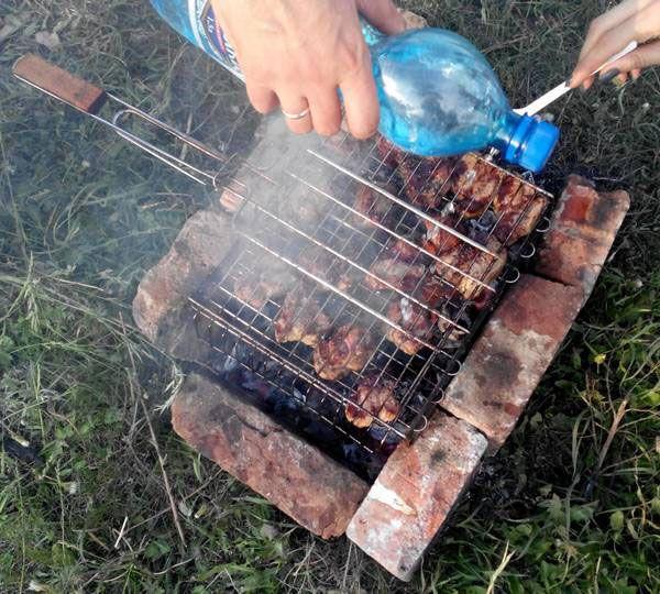 Поливание водой шашлыка