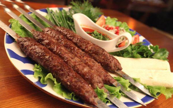 Люля-кебаб с овощами и соусом