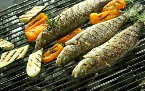 Рыба на решетке с овощами