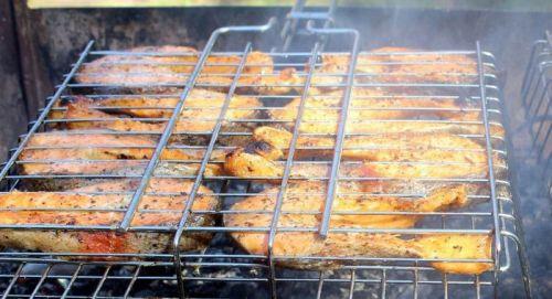 Жарка рыбных стейков на решетке