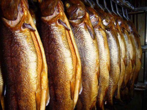 Подвешенная копченая рыба