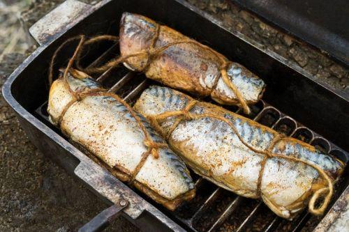 Рыбные тушки, перевязанные шпагатом