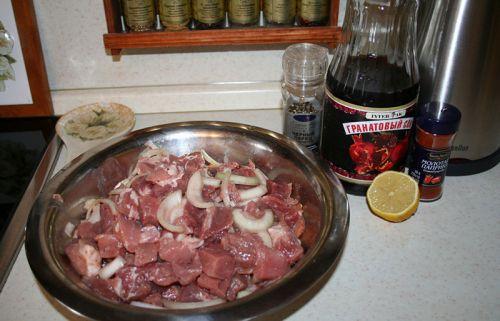 Мясо с луком, лимон, гранатовый сок