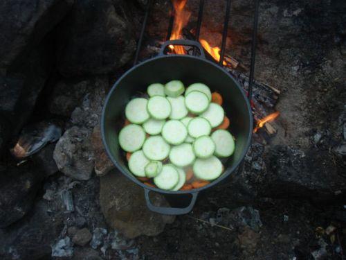 Приготовление овощей в казане