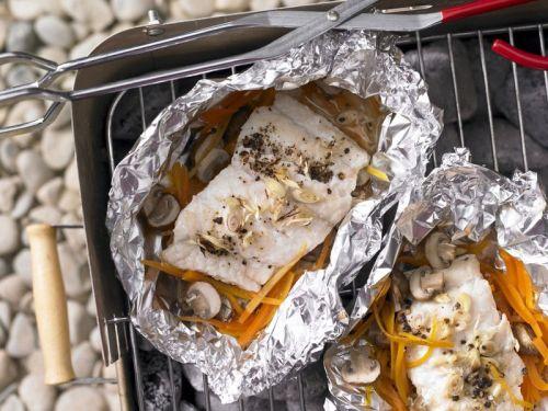 Запекание рыбы на углях в фольге