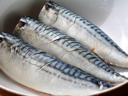 Рыбные тушки с надрезами