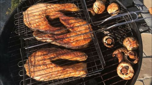 Жарка лосося на углях