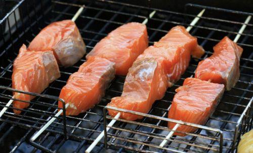 Шашлычки из лосося на шпажках