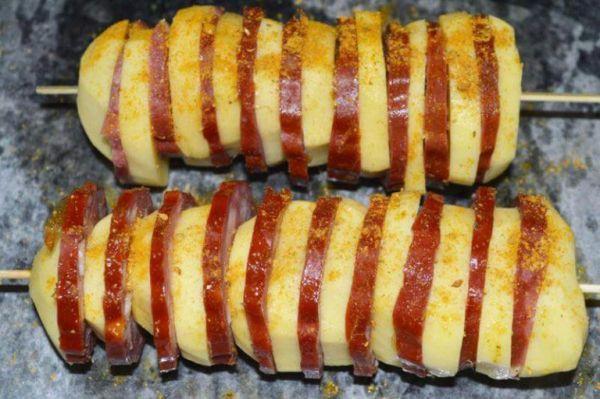 Шашлык из картофеля и колбасы