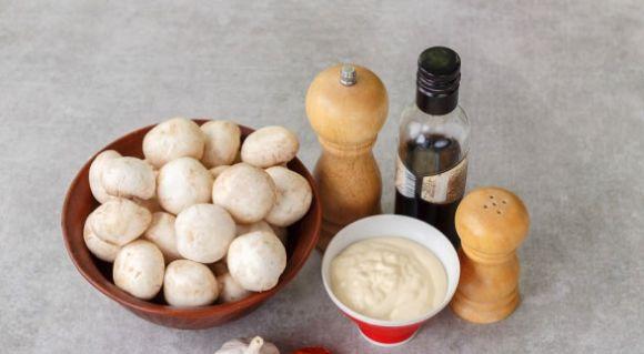 Шампиньоны и ингредиенты маринада