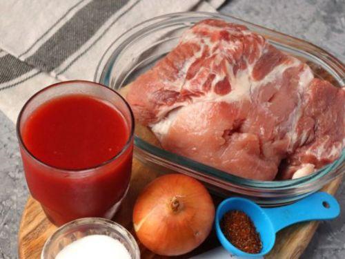 Свинина, томатный сок, лук