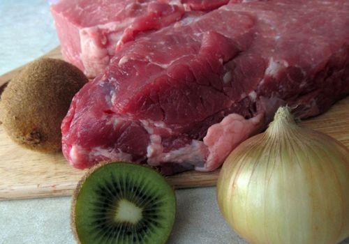 Мясо, киви, лук