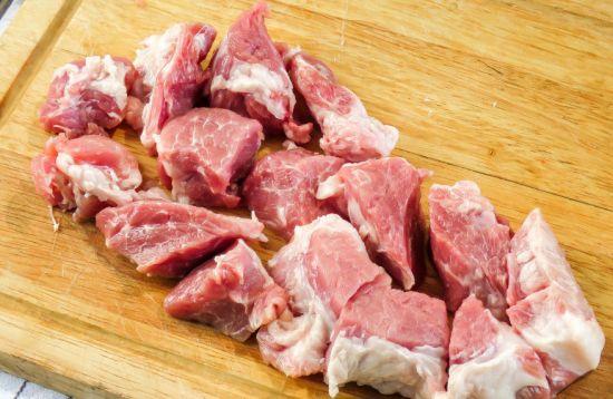 Кусочки свинины для шашлыка