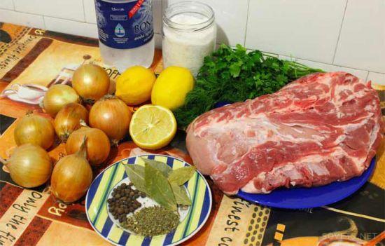 Мясо, лук, лимон, специи, зелень