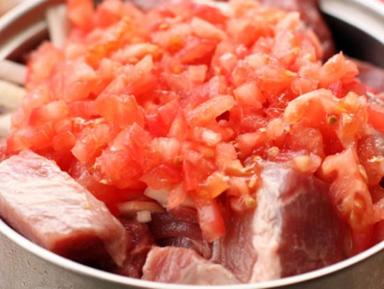 Марнование мяса с помидорами
