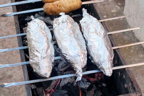 Рыба в фольге на шампурах