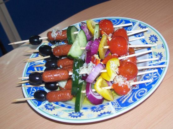 Сосиски на шпажках с овощами