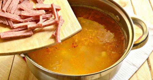 Приготовление супа с колбасой