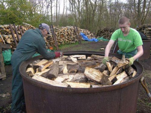 Изготовление древесного угля в бочке
