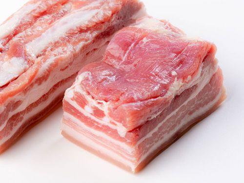 Сырая свиная грудинка