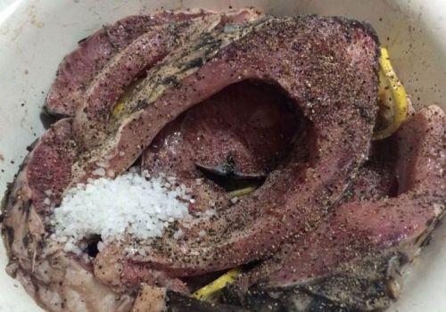 Маринование стейков сазана