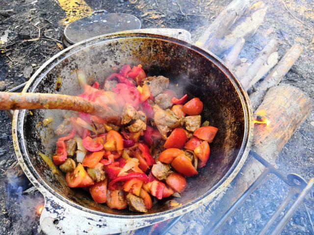 Мясо с овощами в казане
