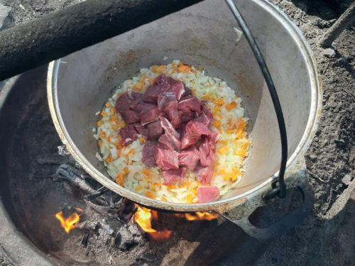 Приготовление еды на костре в казане