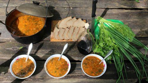 Суп с зеленью и хлебом