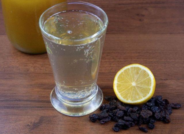 Березовый сок, лимон и изюм