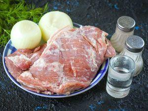 Свинина, лук и специи