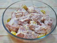 Мясо маринуется в стеклянной посуде