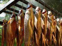 Подвешенная на крюках рыбы
