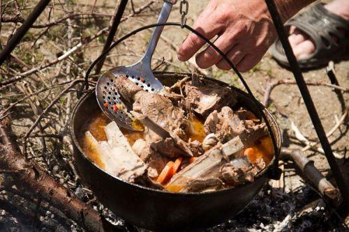 Суп с мясом на костре