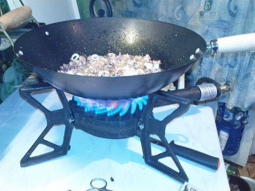 Приготовление пищи на газовой горелке для казана