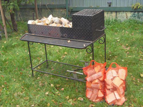 Мангал и дрова для шашлыка