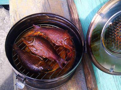 Рыба, приготовленная в коптильне из бикса