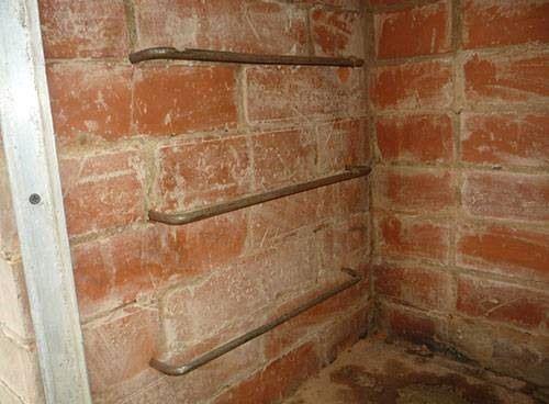 Скобы в коптильне для установке решеток