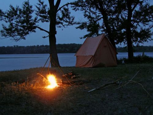 Костер и палатка в лесу