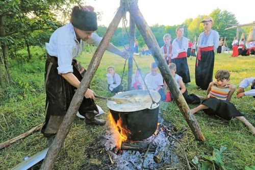 Приготовление традиционного кулеша на костре