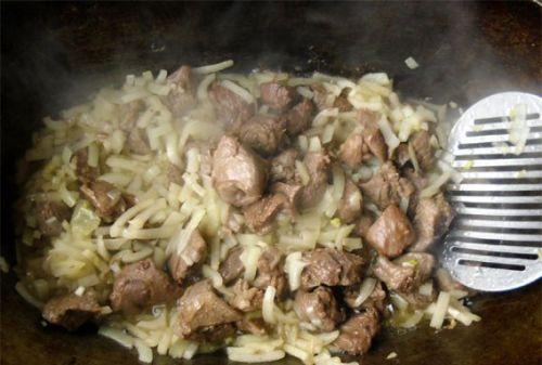 Мясо с луком в казане
